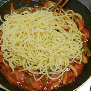 Nagasaki Champon Napolitan Step 6 - Adding noodles in the sauce